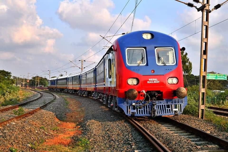 विश्वबाट विस्थापित १५० बर्ष पुरानाे रेल, डेन्टिङ पेन्टिङ गरेर  जनकपुर-जयनगर