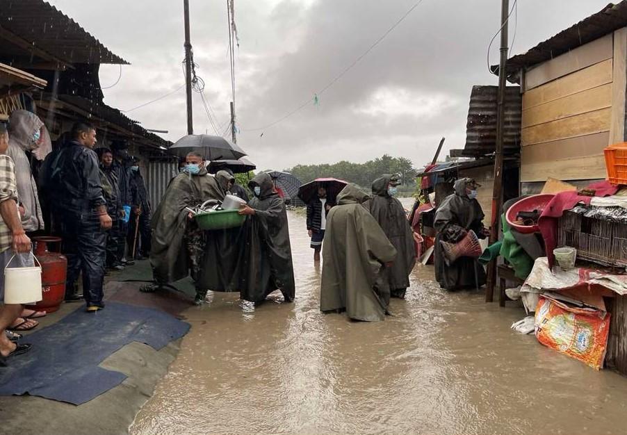 काठमाडौंका विभिन्न स्थानमा डुवान भएका वस्तीहरुमा उद्धार कार्यमा नेपाली सेना
